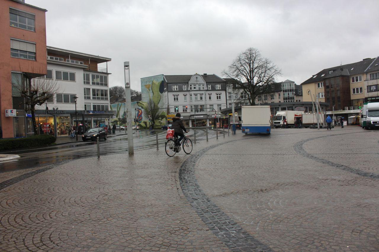 Alles andere als attraktiv: der Jubiläumsplatz (hier noch vor der Umgestaltung der Schwarzbachstraße) hat seine Bedeutung als Zentrum der Stadt verloren. Archivfoto: TME