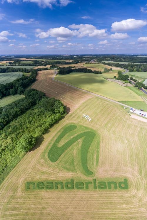 Das Logo ist auf dem Acker von Landwirt Peter Drenker an der B7 zu sehen. Foto: Luftbild Rohde
