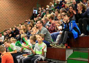 Die Fans im Herrenhaus. Foto: Roland Lausberg / Rondlarg Photos