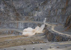 Sprengung in Rohdenhaus: Mit 4000 Kilo Sprengstoff werden 29.000 Tonnen Kalkstein aus der Wand gesprengt. Foto: TME