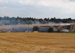 Zwischen Florastraße und Leipziger Straße brennt ein Feld. Foto: TME