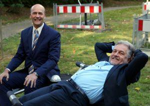 Gregor Neumann, Vorsitzender des Bürgervereins, und Bürgermeister Thomas Dinkelmann durften gestern schon einmal die Geräte testen. Foto: BV Metzkausen