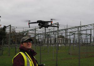 Drohnenpilot Rauf Guliyev demonstriert, wie die Freilandleitungen künftig überwacht werden können. Foto: TME