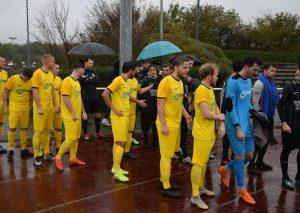 Fertig machen für ein Regenspiel: Schon vor dem Anpfiff war der FCW - diesmal in Gelb- froh gelaunt. Foto: TME