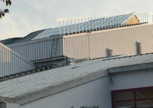 Seit gestern sind die ersten Scheiben im neuen Dach der Sporthalle I in der Fliethe eingesetzt. Foto: TME