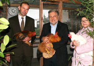 (v.l.) Vereinsvorsitzender Stefan Krus, Bürgermeister Thomas Dinkelmann und Rassegeflügelzüchterin Rita Bohndorf. Foto: Kreisstadt Mettmann