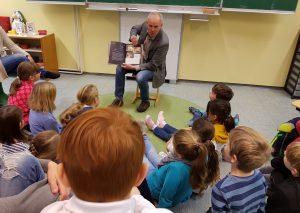 Martin Sträßer las den Kindern der Pinguin-Klasse vor. Foto: privat