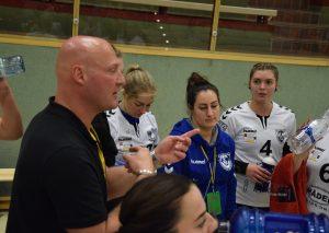 Trainer Michael Cisik stimmt seine Damen auf das Match ein. Foto: TME