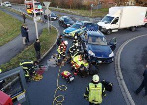 Die Radfahrerin (54) war unter einem Pkw eingeklemmt. Dieser wurde mit einem hydraulischen Spreizer angehoben, um die Frau befreien zu können. Foto: Feuerwehr Haan