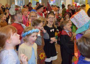 Lachen, Johlen, Tanzen: Der Kinderkarneval im Corneliushaus ist eine runde Sache. Foto: TME