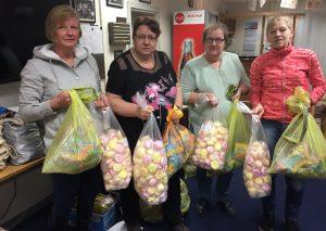Die engagierten Damen der Kalkstadtnarren haben Samstag die Starter-Pakete mit Wurfmaterial für die Zugteilnehmer gefüllt  und gestern im Vereinsheim ausgegeben. Foto TME
