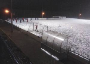 Auf dem schneebedeckten Mettmanner Sportplatz pfiff der Schiedsrichter ein Spiel der ASV-Reserve gar nicht erst an / Foto TME