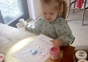 Die Kinder gestalten zu Hause farbenfrohe Hand-Bilder. Foto: privat