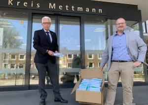 Andreas Kupka, Chef des Heiligenhauser Unternehmens Steinbach & Vollmann, übergibt Masken an Landrat Thomas Hendele. Foto: Kreis Mettmann
