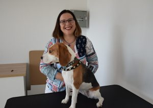 """NIna Kaimer mit Pina auf dem """"Trimmtisch"""". Ab Mai will sie an der Schwanenstraße als Hundefriseurin tätig sein. Foto: TME"""