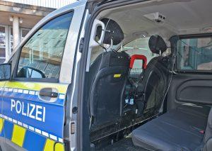 Die Plexiglas-Scheiben wurden im Fahrgastraum installiert um das Risiko einer Tröpfchenübertragung zu minimieren. Foto: Kreispolizeibehörde