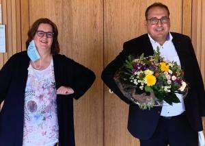 MdB Kerstin Griese gratuliert dem SPD-Landratskandidaten Jens Geyer standesgemäß zur Nominierung. Foto: Büro Griese