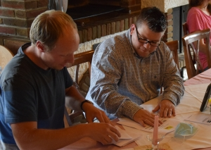 Stimmauszählung bei der FDP: Paul Thamm und Bjlrn Jungmann (v.l.) - sowie Melanie Falkenstein in der Beobachterrolle. Foto: TME