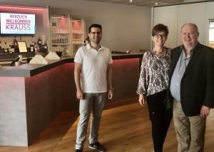 WoDi Krauss (r.), seine Frau Andrea und Mitarbeiter Marcel Kuzminska freuen sich, dass wieder getanzt werden darf. Foto: TME