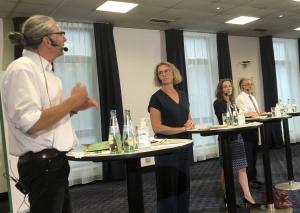 Die Bürgermeister-Kandidaten (v.l.) Nils Lessing, Sandra Pietschmann, Andrea Metz und Thomas Dinkelmann stellten sich den Fragen von Thomas Reuter. Foto: TME