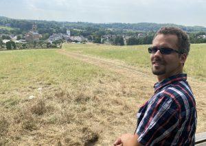 Benjamin Hann auf der Bank hoch über dem Dorf Düssel. Foto: TME