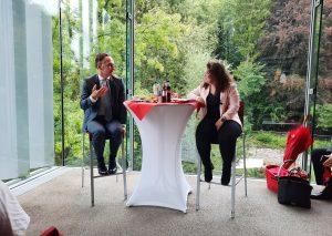 Begegnung auf Augenhöhe: Juso-Kreisvorsitzende Souhaila El Ghanou im Gespräch mit Bundesaußenminister Heiko Maas. Foto: TME