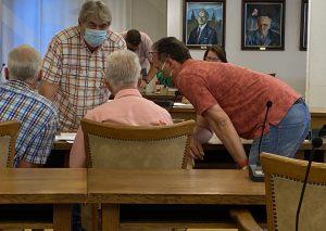 Vor der Abstimmung im Wahlausschuss hatten sich CDU und Grüne beraten. Foto: TME