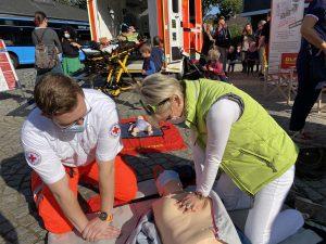 Lukas Mutzberg erläutert Bürgermeisterin Claudia Panke, wie die Herzdruckmassage durchgeführt werden soll. Foto: TME