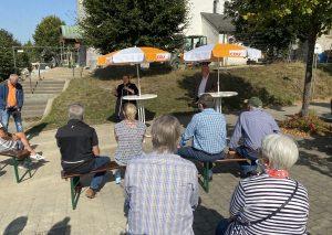 Auf dem Dorfplatz in Düssel sprach auf Einladung von Andreas Seidler die NRW-Umweltministerin Ulla Heinen-Esser mit interessierten Bürgern. Foto: TME