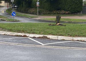 Ein Stumpf blieb vom Baum im Kreisverkehr Flandersbacher Straße/Zur Fliethe/Zur Hotzepar übrig. Foto: TME