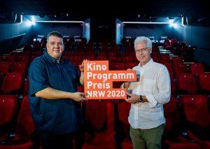 Theaterleiter Martin Geisenhanslüke (l.) und Betreiber Thomas Rüttgers freuen sich über den Preis. Foto: Hojabr Riahi/Film- und Medienstiftung NRW