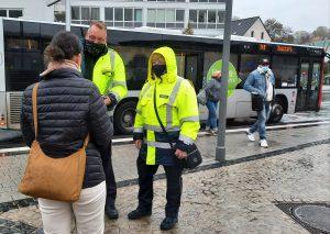 Silvia Nightingale (r.) und Markus Schorn kontrollierten zusammen mit der Rheinbahn die Einhaltung der Maskenpflicht. Foto: TME