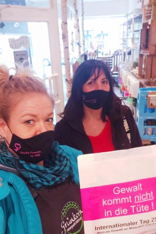 Auch Anne Schemann (l.) unterstützt die Tüten-Aktion der Gleichstellungsbeauftragten Franca Calvano. Foto: Stadt Wülfrath