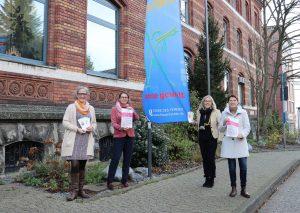 Eva-Maria Düring (SKFM), Bürgermeisterin Sandra Pietschmann, Lilo Löffler (SKFM) und Karen Brinker (stellvertretende Gleichstellungsbeauftragte der Kreisstadt Mettmann) haben zum Internationalen Tag gegen Gewalt an Frauen und Mädchen eine Fahne vor dem Rathaus gehisst. Foto: Stadt Mettmann