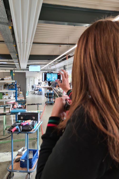 Beim ersten virtuellen Betriebsrundgang der Schlüsselregion e.V. führte Nadine Rajabpour eine Klasse des Berufskollegs per Video-Konferenz durch die Produktion von KFV. Foto: KFV Karl Fliether GmbH & Co. KG