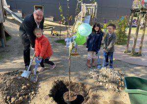 Joachim Fahl, Enkelin Alina, Lena und Dean pflanzen den Baum. Foto: TME