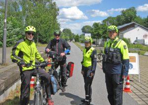 Der Polizei liegt die Sicherheit von Zweiradfahrenden auf dem Herzen, deshalb bietet sie nun auch eine Telefonsprechstunde an. Im vergangenen Jahr hatte die Polizei dazu auch einen Info-Stand auf dem Panoramaradweg aufgebaut. Foto: KPB Mettmann