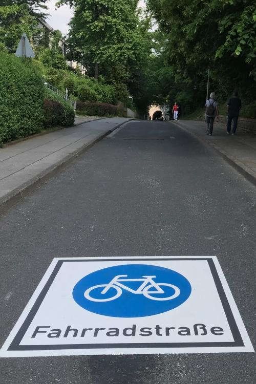 Das Piktogramm auf der Fahrbahn der Brücker Straße. Foto: Stadt Mettmann