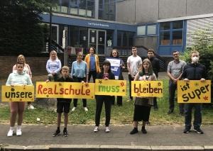 Diese Schüler und Eltern haben eine klare Meinung: Ihre Realschule ist super und muss bleiben. Foto: TME