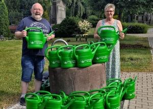 Judith Wenzlawik und Hermann-Josef Roder haben Gießkannen der Hospizgruppe verteilt. Foto: privat