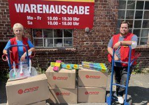 Grit Braune, Verwaltungsleiterin, und Andy Beuster, stellvertretender Marktleiter, vom Standort Wülfrath mit Sachspenden für die Opfer des Hochwassers in Velbert-Langenberg. Foto: Poco
