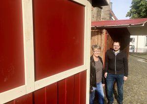 Bettina Barth und Florian Peters an einer der neuen Buden. Hinten: eine alte Bude. Foto: TME