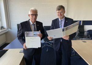 Landrat Thomas Hendele (l.) und Kreisdirektor Martin Richter. Foto: TME