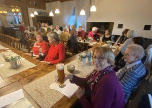 """Ein """"Prost"""" auf den Neustart des Strammtisches: Vorsitzende Adelheid Heiden hebt ein Glas mit alkoholfreiem Weizen. Foto: TME"""