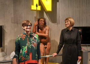 """Dr. Bärbel Auffermann (l.) und Melanie Wunsch vor der Rekonstruktion des Neanderthalers """"Mr. N."""". Foto: TME."""